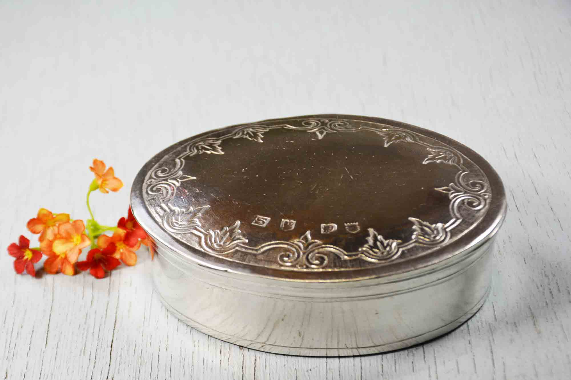 Boite ovale frise aux fleurs etain aspect argent massif