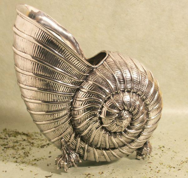 Gravure sur Vase coquille etain aspect argent massif