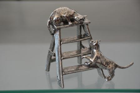 chats-sur-escabeau-en-etain