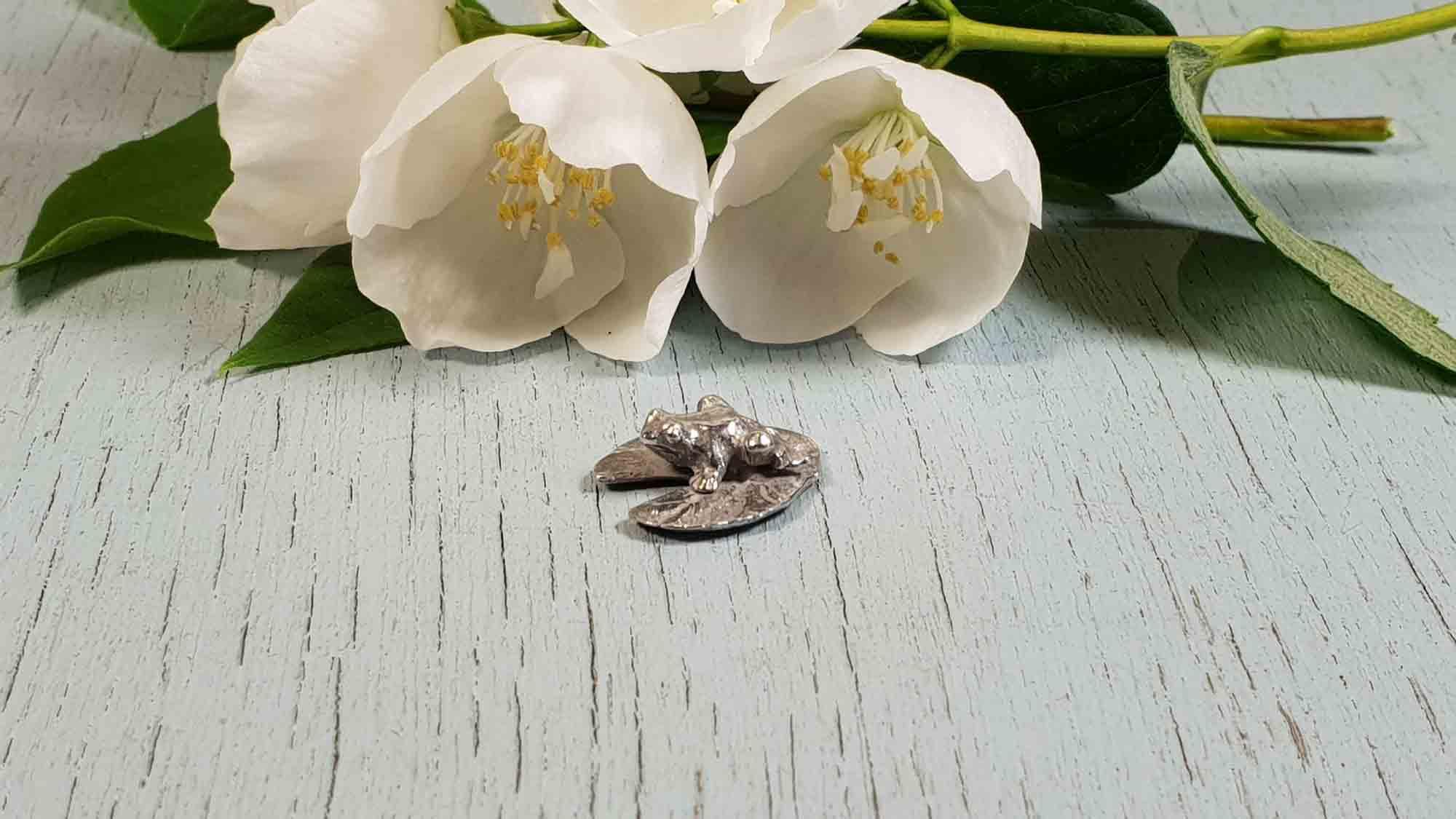 mini grenouille sur nenuphar figurine etain