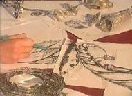 creation d'une piece d'etain par l'artiste